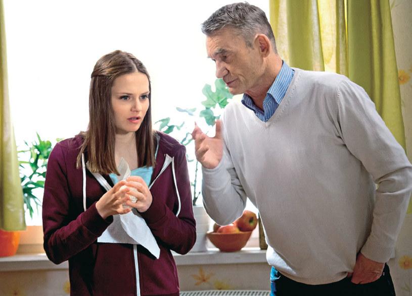 Stefan spróbuje wytłumaczyć nastolatce , że matka bardzo ją kocha i zależy jej na niej /Świat Seriali