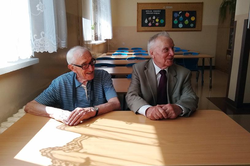 Stefan Wysocki i Ryszard Szpyrko w tej samej ławce, w której siedzieli w Zespole Szkół w Mrozach /INTERIA.PL
