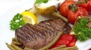 Stek z sałatką z fasolki i pomidorów