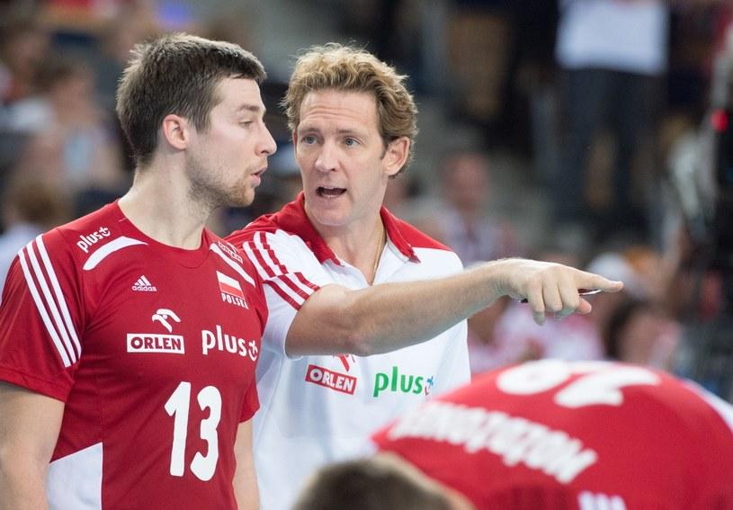 Stephane Antiga pokazuje Michałowi Kubiakowi drogę do wygrania meczu. /Grzegorz Michałowski /PAP