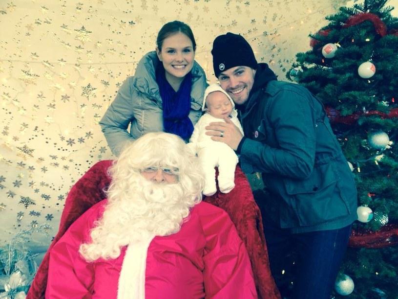 """Stephen Amell (""""Arrow"""") pochwalił się, że zabrał swoją córeczkę Mavi na spotkanie z Mikołajem. To dla niego wyjątkowy czas, bo w tym roku obchodzi pierwszą rocznicę ślubu z Cassandrą Jean. /Facebook /materiały prasowe"""