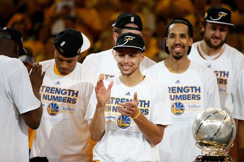 Stephen Curry (w środku) z kolegami świętują awans do finału NBA /AFP