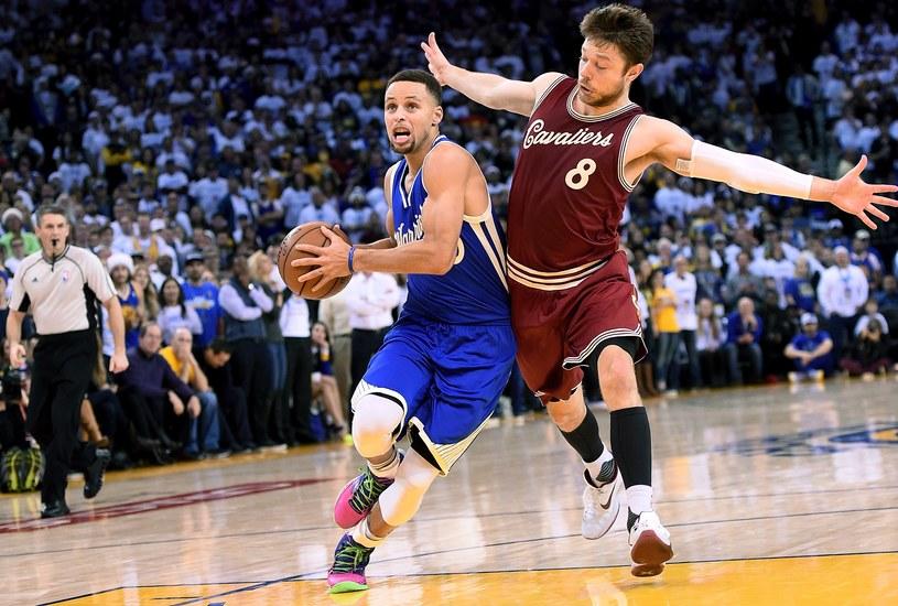 Stephen Curry (z lewej) w meczu z Cleveland Cavaliers /AFP