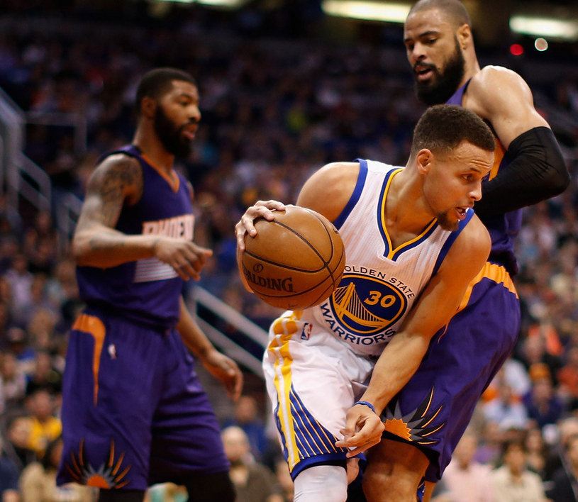 Stephen Curry (z piłką) kontra Tyson Chandler /AFP