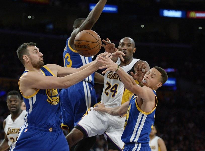 Stephen Curry (z prawej) i Andrew Bogut próbują zatrzymać Kobego Bryanta /AFP