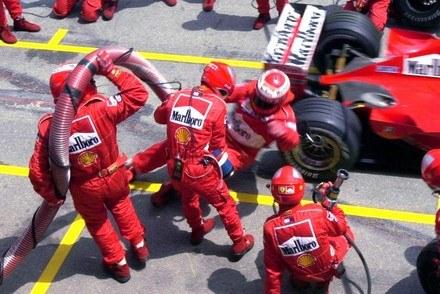 Stepney upada zahaczony przez Schumachera w 2000 roku / Kliknij /AFP