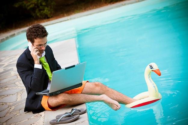 Stereotypowo freelancer ma dużo wolnego czasu. W rzeczywistości wciąż boryka się z jego brakiem /123RF/PICSEL