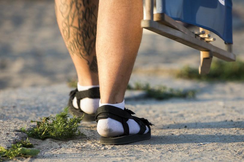 Stereotypowy Polak na wakacjach zakłada skarpety do sandałów /Jakub Wosik  /Reporter
