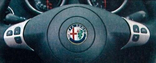 Sterowanie radiem nie jest najwygodniejsze. Lepiej sprawdzają się dźwigienki za kierownicą. /Motor