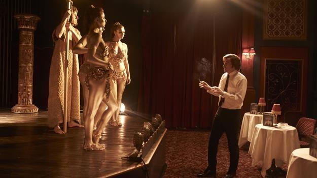 """Steve Coogan w scenie z filmu """"Prawdziwa historia króla skandali"""" /materiały dystrybutora"""