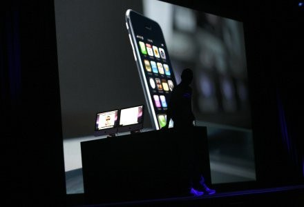 Steve Jobs i fragment prezentacji z WWDC w San Franciso. /AFP