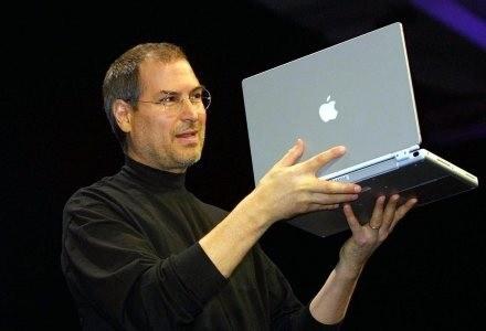 Steve Jobs prezentuje MacBooka /AFP