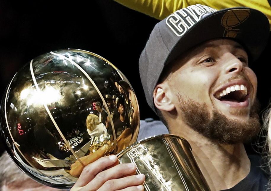 Steven Curry z trofeum za mistrzostwo w NBA /LARRY W. SMITH /PAP/EPA