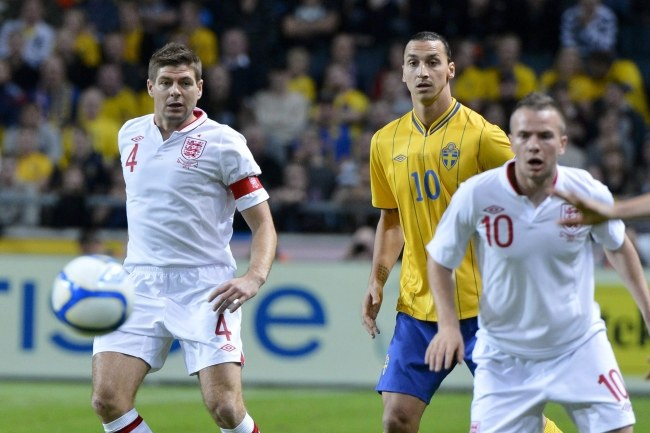 Steven Gerrard (pierwszy z lewej) /PAP/EPA