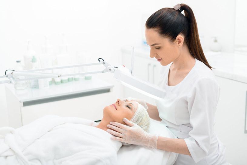Stężenie kwasu glikolowego sięgające 70% powinno być stosowane tylko w gabinetach kosmetycznych lub dermatologicznych /123RF/PICSEL