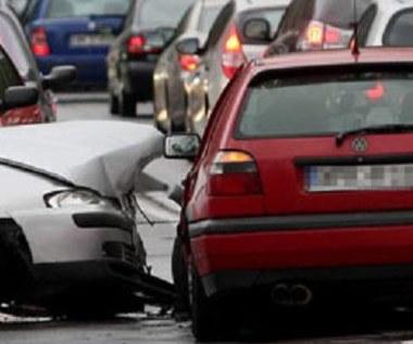 Stłuczka. Ludzie gapią się na uszkodzone pojazdy. Po co?