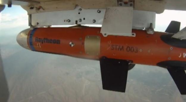STM podczepiona do niewielkiego bezzałogowego aparatu latającego.   Fot. Raytheon /materiały prasowe