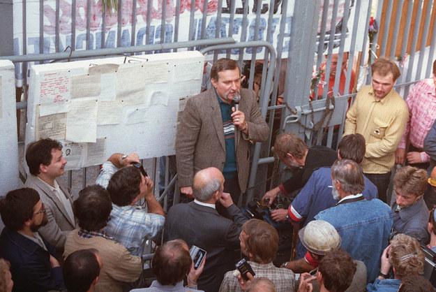 Stocznia Gdańska, sierpień 1988 roku. Przemawia Lech Wałęsa, z lewej Jarosław Kaczyński /AFP