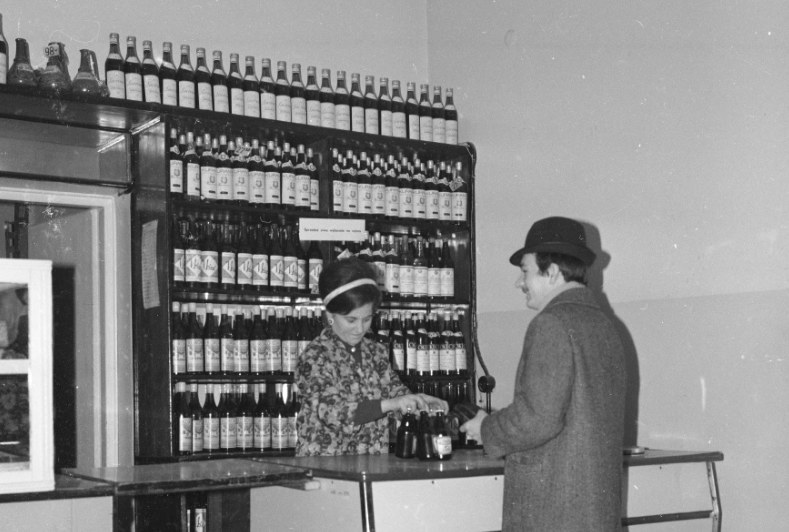 Stoisko alkoholowe w sklepie /Z archiwum Narodowego Archiwum Cyfrowego