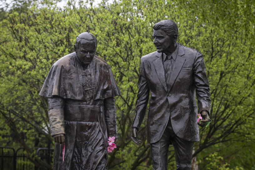 Stojący na jednej z alejek w parku nadmorskim na gdańskim Przymorzu pomnik to dwie wykonane z brązu rzeźby o wysokości ponad dwóch metrów przedstawiające Jana Pawła II i Ronalda Reagana.