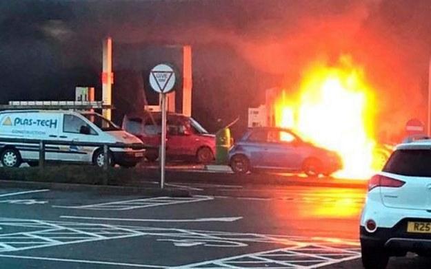 Stojący za niebieskim Fiatem Smart doszczętnie spłonął /
