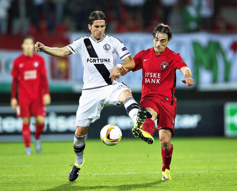 Stojan Vranjesz (z lewej) walczy o piłkę z Petterem Andersonem /PAP/EPA