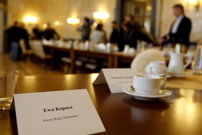 Stoły negocjacyjne w urzędzie wojewódzkim w Katowicach /PAP/Andrzej Grygiel    /PAP