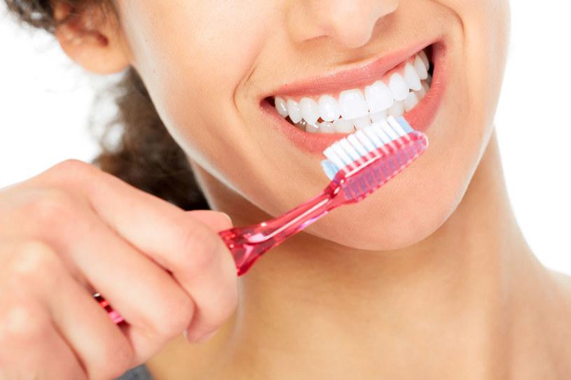 Stomatolog może też zalecić stosowanie żelu z fluorem na wyszczotkowane zęby, na przykład raz w tygodniu, albo używanie specjalnej pasty do zębów z wyższą niż standardowa zawartością jonów fluoru /123RF/PICSEL