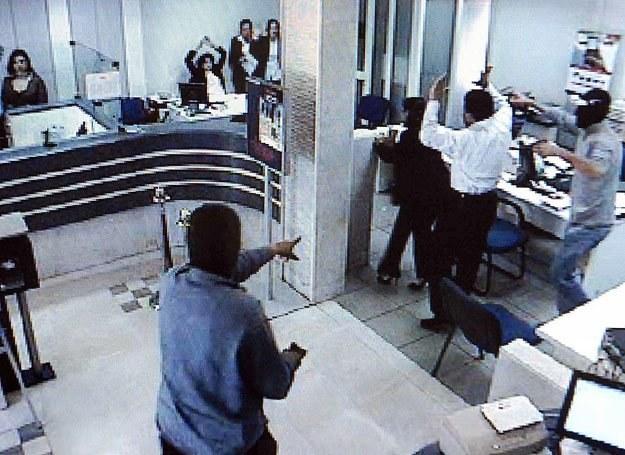 Stopklatka z monitoringu zainstalowanego w jednym z libańskich banków. Rabusie nie mają szans /AFP