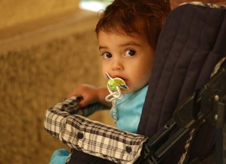 Stopniowo przyzwyczajaj dziecko do pozostawania pod opieką innych członków rodziny /ThetaXstock