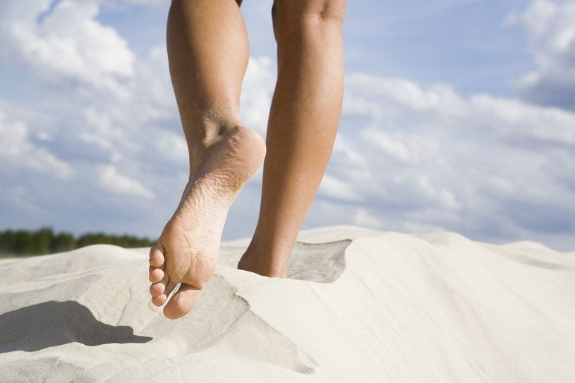 stopy na piasku /© Photogenica