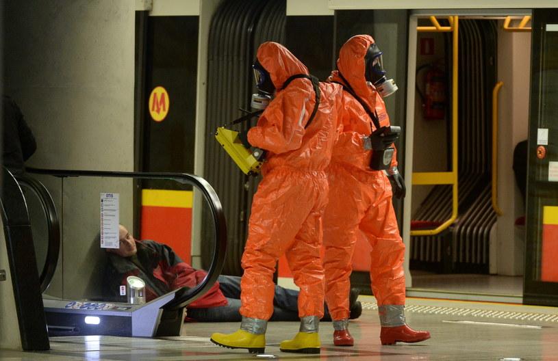 Stosowne służby uczestniczą w pozorowanym ataku terrorystycznym z użyciem substancji toksycznej w wagonach metra i na peronie stacji metra Stadion Narodowy w Warszawie /Bartłomiej Zborowski /PAP
