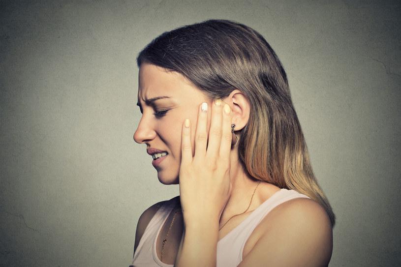 Stosując domowe sposoby na bolące ucho, warto pamiętać, aby kilka razy dziennie żuć gumę (najlepiej bez cukru) /123RF/PICSEL