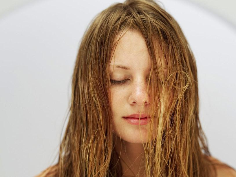 Stosując preparaty domowej receptury, możesz nadać blasku swoim włosom  /© Bauer