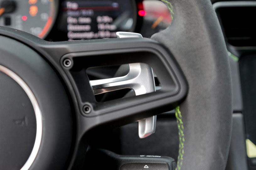 Stosunkowo niewielkie łopatki skrzyni PDK przymocowano do kolumny kierownicy. /Motor