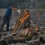 Stosy pogrzebowe, czarny rynek tlenu. Indie przed szczytem drugiej fali
