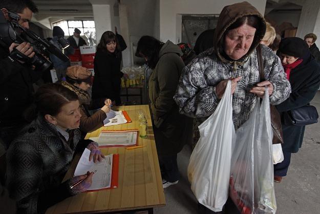 """Stowarzyszenie """"Droga"""" rozpoczęło akcję rozdawania paczek świątecznych / fot. Artur Reszko /PAP"""