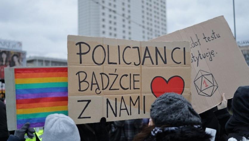 """Strajk Kobiet: Manifestacja w Warszawie. """"Przepraszamy za utrudnienia, mamy rząd do obalenia"""""""