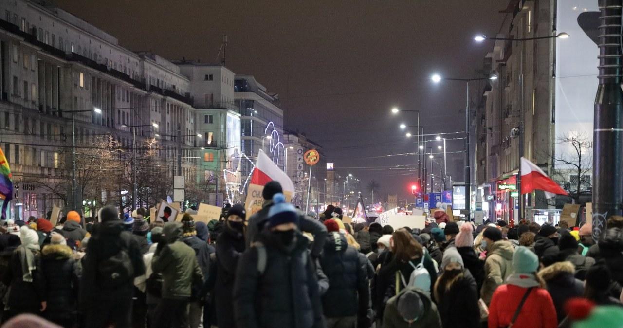 Strajk Kobiet w Warszawie: Przeciw zakazowi aborcji protestuje kilka tysięcy ludzi