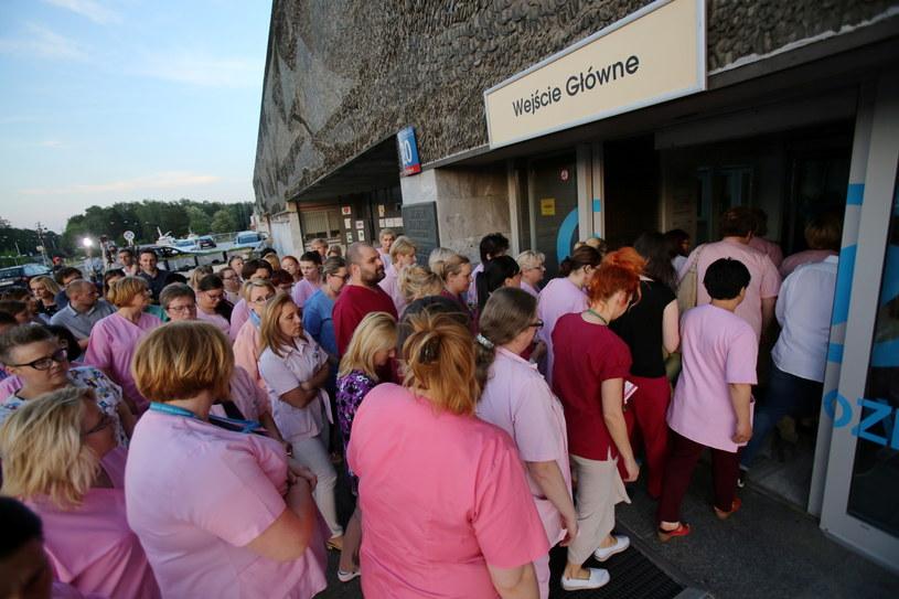 Strajkujące pielęgniarki przed Centrum Zdrowia Dziecka /Leszek Szymański /PAP