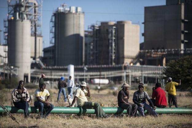 Strajkujący pracownicy Lonmin przy kopalni Marikana w RPA /AFP