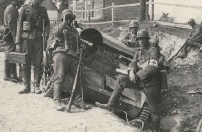 Straty obu stron był bardzo duże. Na zdjęciu: niemieccy sanitariusze przy wraku polskiego czołgu rozpoznawczego TK-3 /CENTRALNE ARCHIWUM WOJSKOWE /materiały prasowe