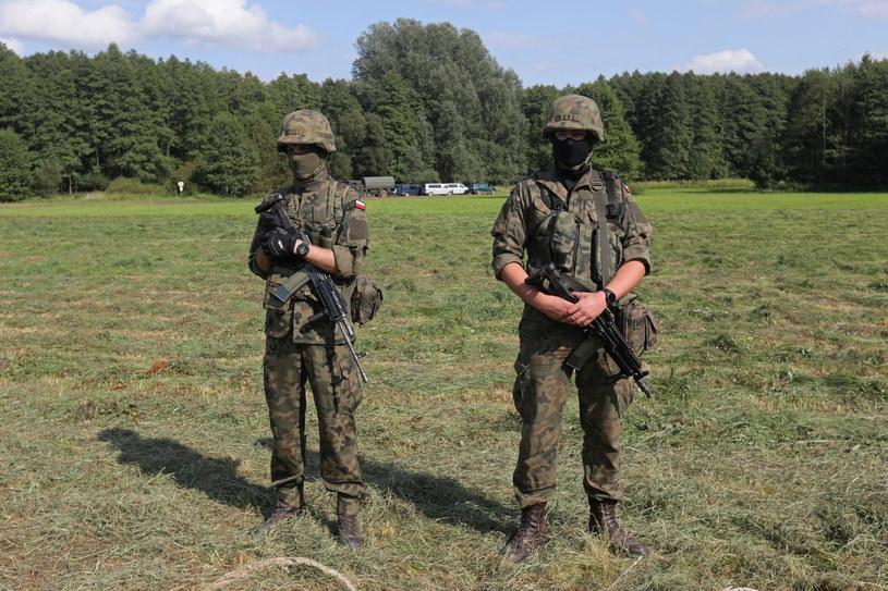 Straż Graniczna i wojsko w pobliżu miejscowości Usnarz Górny / Artur Reszko    /PAP
