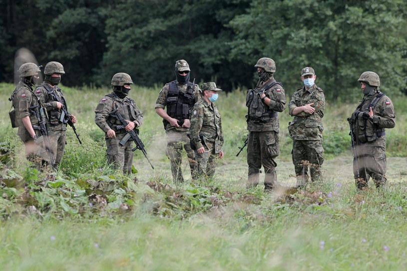 Straż graniczna i żołnierze w Usnarzu Górnym / Artur Reszko    /PAP