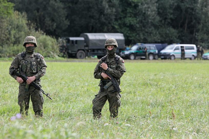Straż graniczna i żołnierze WP w pobliżu miejscowości Usnarz Górny / Artur Reszko    /PAP