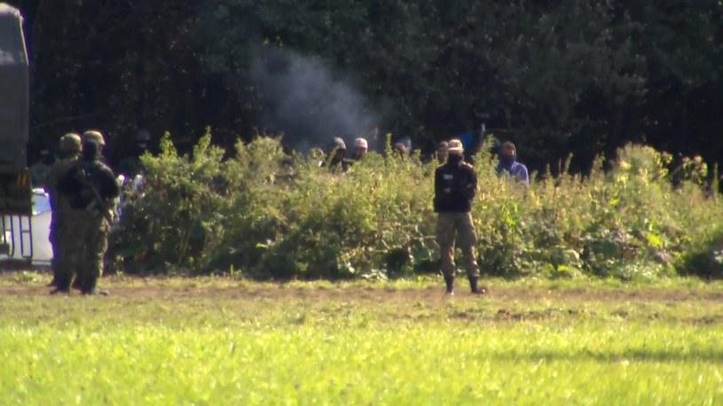 Straż Graniczna nie dopuszcza nikogo w pobliże koczujących na granicy cudzoziemców /Polsat News
