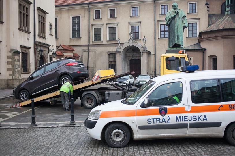 Straż m.in. zajmuje się odholowywaniem samochodów /Szymon Blik /Reporter