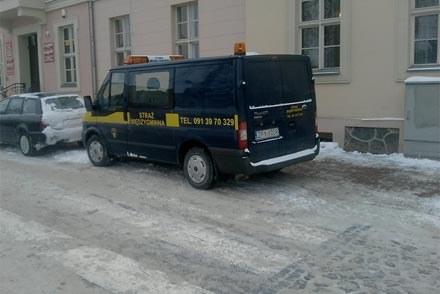 Straż Międzygminna  w  miejscowości  Lipany parkuje na przejściu dla pieszych /poboczem.pl