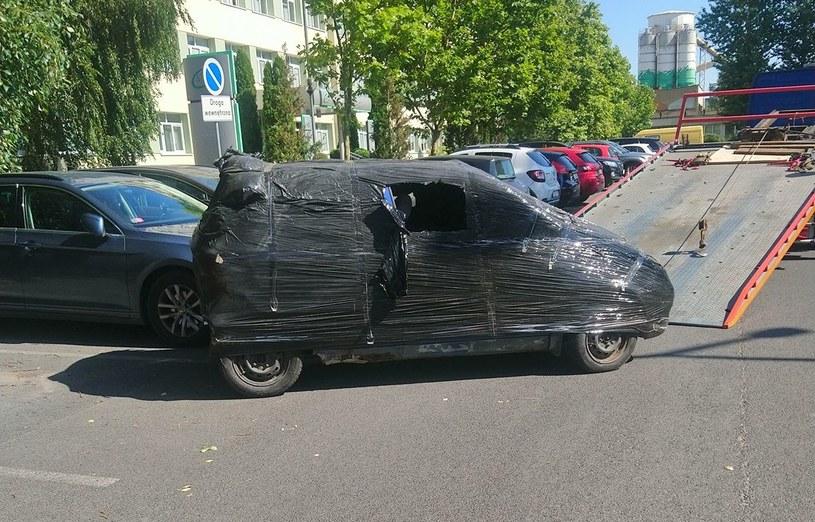 Straż miejska usunęła zapakowany w folię wrak. foto. Straż Miejska w Poznaniu /