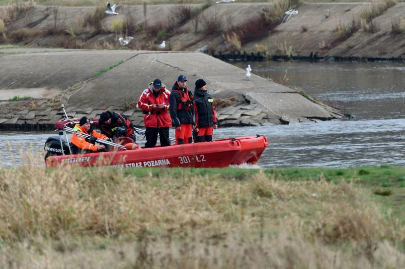 Straż pożarna i policja przeszukują nurt rzeki Warty /Jakub Kaczmarczyk /PAP